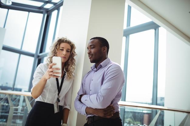 Dirigenti aziendali che discutono sul telefono cellulare