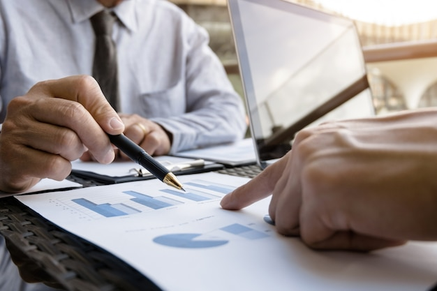 Dirigenti aziendali che discutono sulle prestazioni di vendita in un moderno luogo di lavoro all'aperto.
