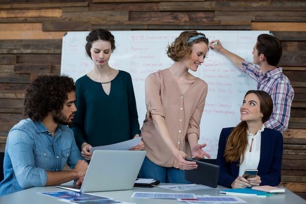 Dirigenti aziendali che lavorano in ufficio