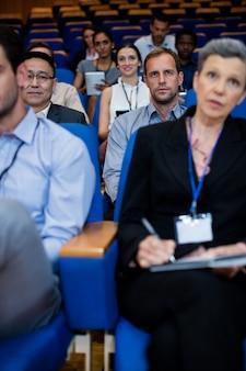 Dirigenti aziendali che partecipano a una riunione d'affari