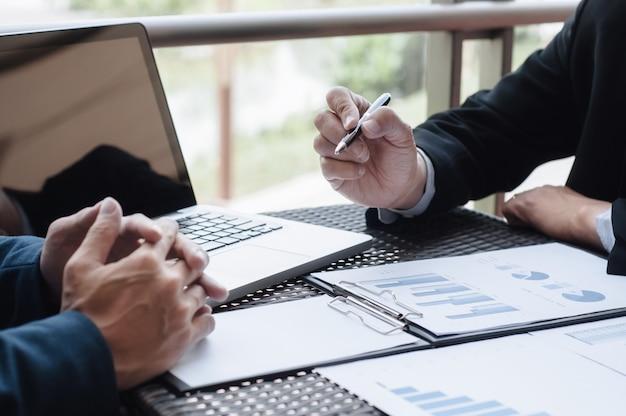 Dirigenti di analisti aziendali che discutono le prestazioni di vendita in un posto di lavoro.