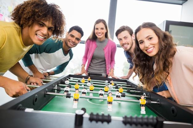 Dirigenti felici giocando a calcio balilla