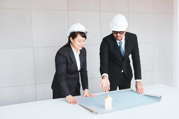 Dirigenti, uomini d'affari e architetti.