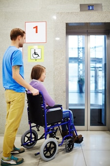 Disabili in attesa di ascensore