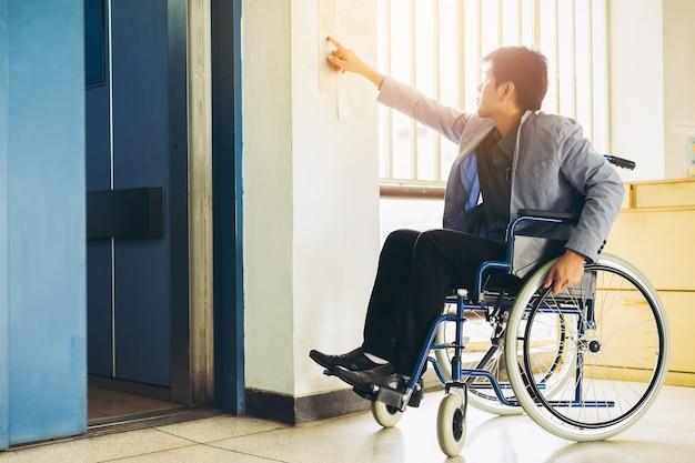 Disabilitare le persone usando l'ascensore.