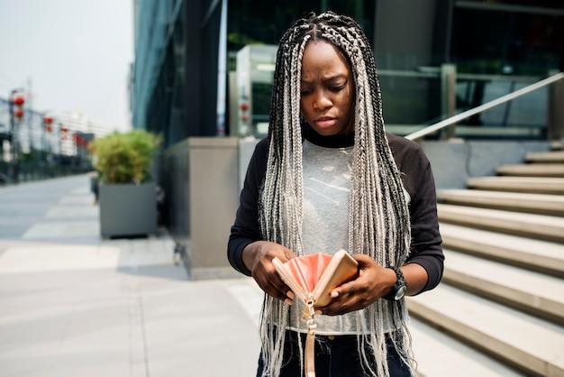 Discesa africana che controlla il suo portafoglio