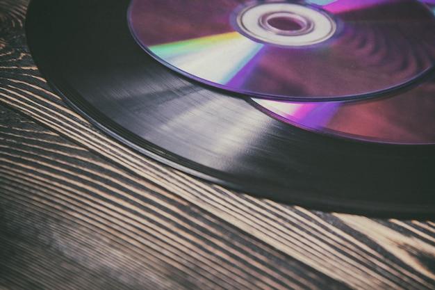 Dischi audio vecchi e moderni sul tavolo di legno