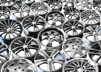 Dischi auto in lega di acciaio su sfondo bianco