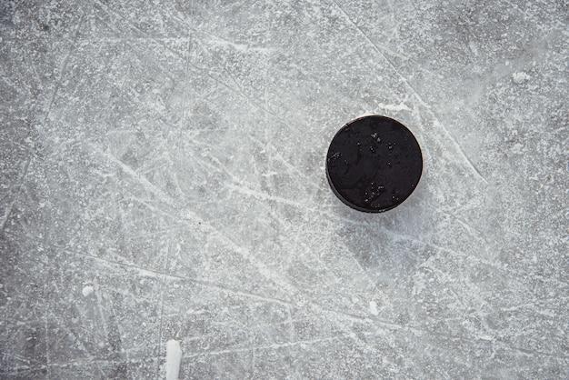 Disco da hockey si trova sul primo piano neve