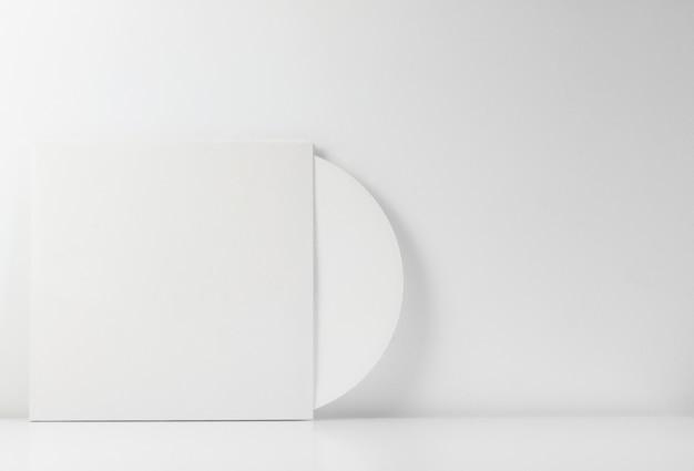Disco in vinile bianco, nella sua scatola bianca, con spazio vuoto per scrivere.