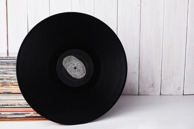 Disco in vinile con impronta digitale