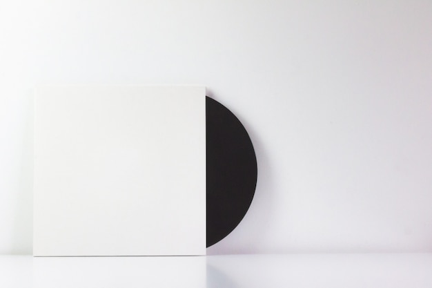 Disco in vinile nero, nella sua scatola bianca, con spazio vuoto per scrivere.
