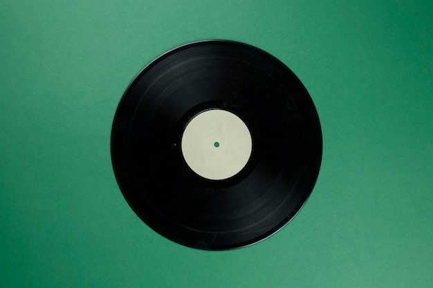 Disco in vinile retrò con etichetta bianca vuota su verde