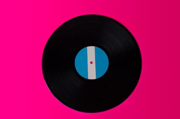 Disco lp (disco in vinile) isolato su sfondo rosa