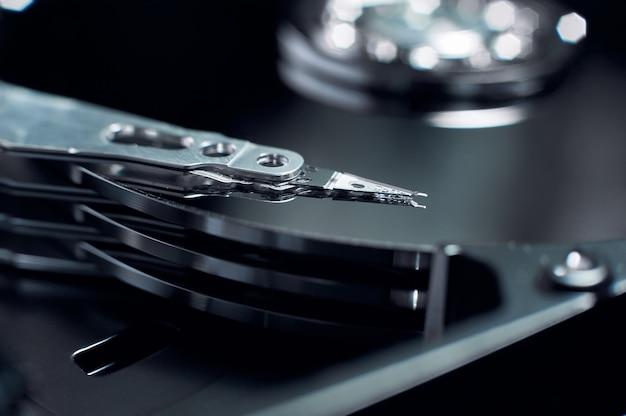 Disco rigido smontato, primo piano del disco magnetico.