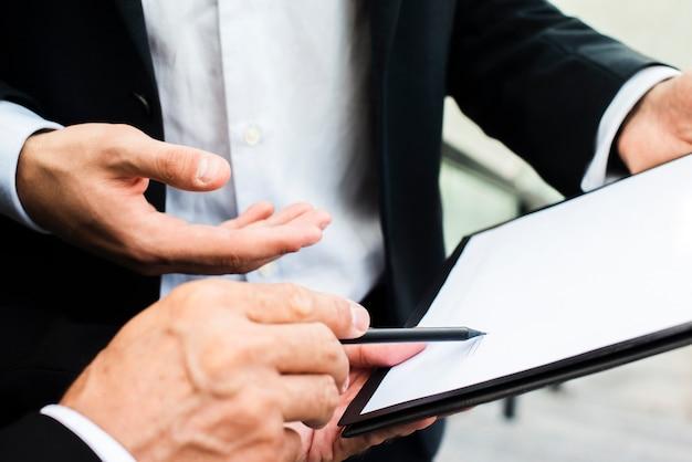 Discussione degli uomini d'affari del primo piano