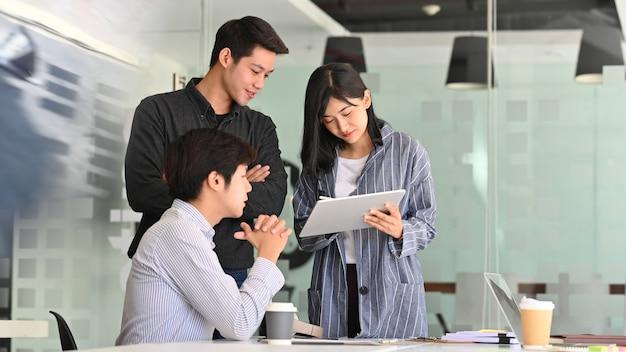 Discussione di avvio di squadra con computer tablet.