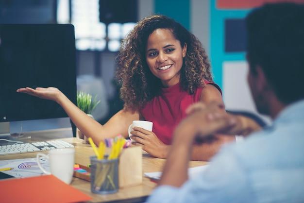 Discussione di uomini d'affari, donne afroamericane e uomini d'affari americani
