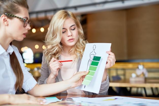 Discussione produttiva di stilisti di moda
