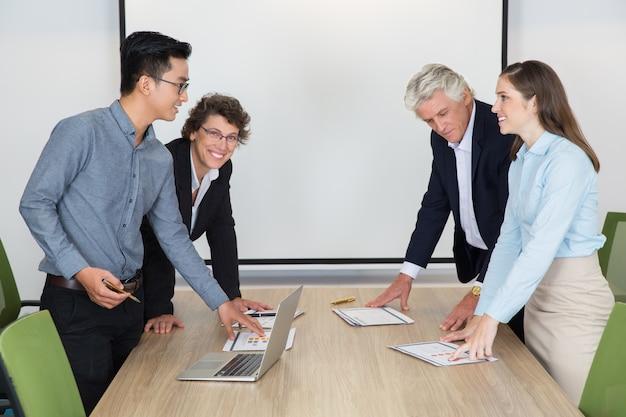 Discutendo giovane sala riunioni di successo