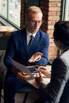 Discutere documenti aziendali