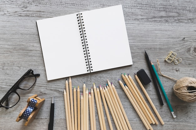 Disegna gli strumenti vicino al quaderno degli schizzi