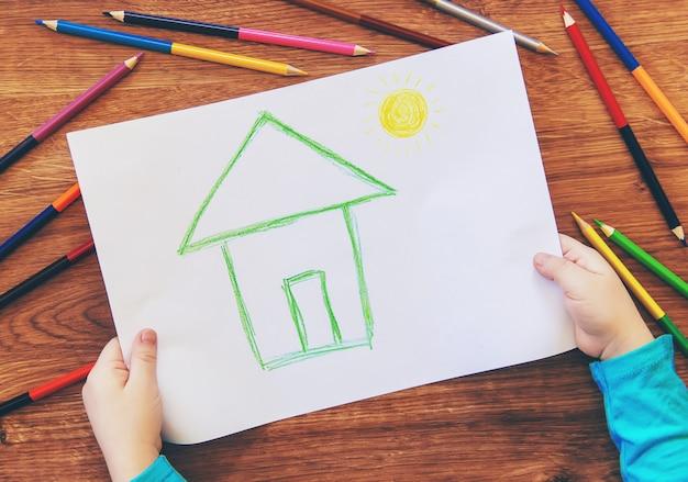 Disegna la famiglia della casa del bambino. messa a fuoco selettiva