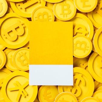 Disegna lo spazio su una pila di contanti bitcoin