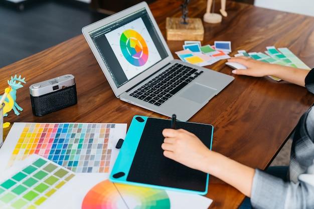 Disegnatore grafico che lavora con il computer portatile