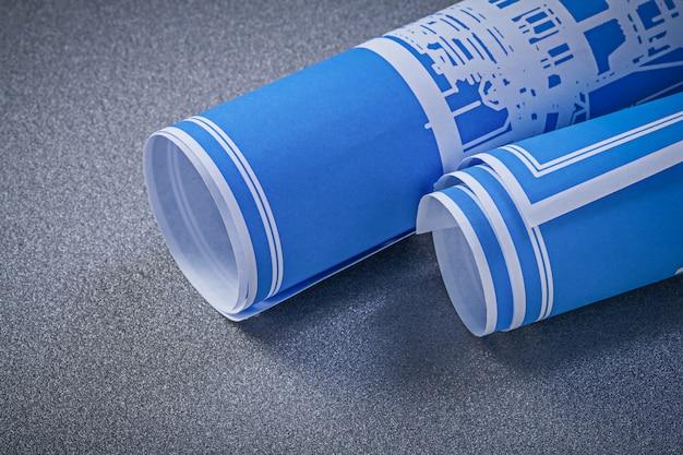 Disegni di costruzione blu su fondo grigio direttamente sopra il concetto di manutenzione