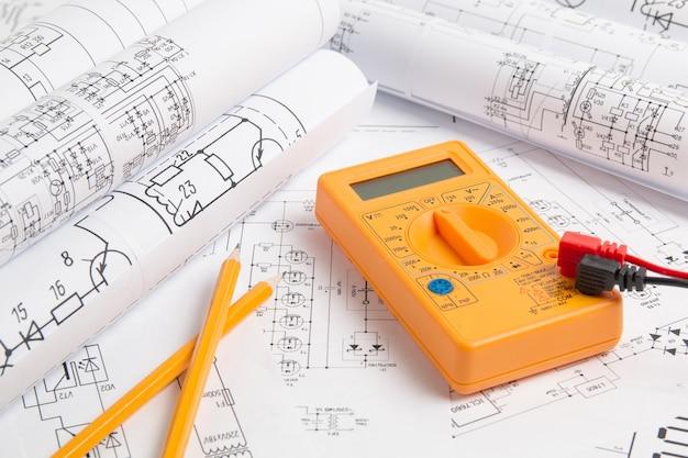 Disegni di ingegneria elettrica, matita e multimetro digitale