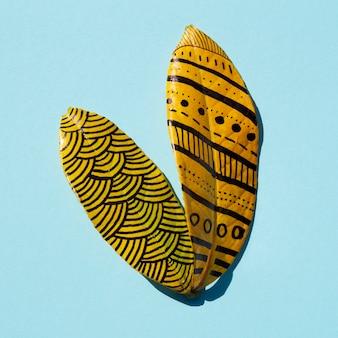 Disegni di pittura astratti del primo piano sulle foglie dorate di ficus