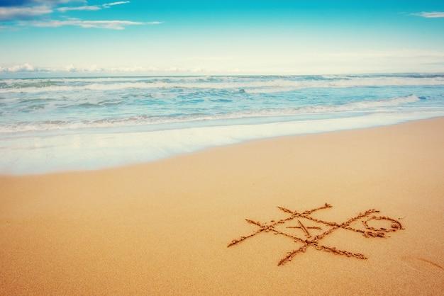Disegni nella sabbia sulla spiaggia