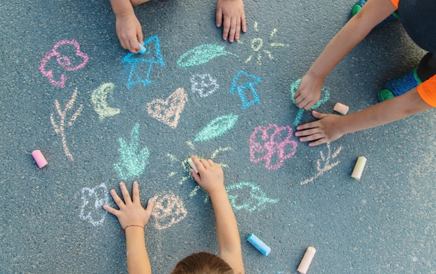 Disegni per bambini sull'asfalto con gesso.