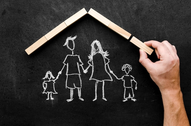 Disegno a gesso piatto dei genitori con i loro figli