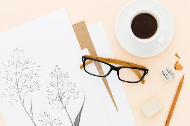 Disegno a matita artistico vista dall'alto con una tazza di caffè