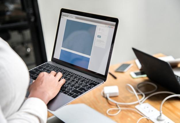 Disegno del modello di sito web sullo schermo di un laptop
