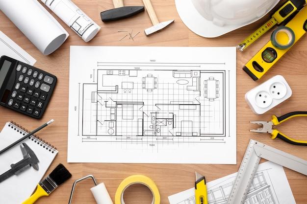 Disegno del piano tecnico circondato da kit di riparazione