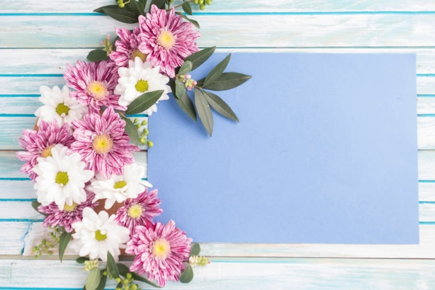 Disegno di fiori decorati su carta bianca sopra il tavolo di legno