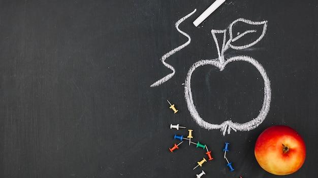 Disegno di una mela a bordo