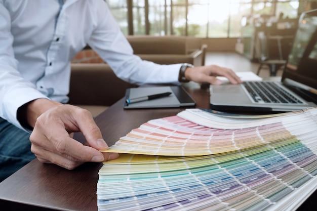 Disegno grafico e campioni di colore e penne su una scrivania. disegno architettonico con utensili da lavoro e accessori.