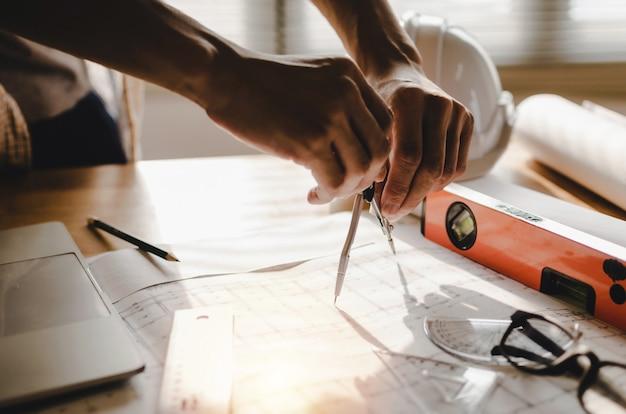 Disegno professionale dell'architetto, dell'ingegnere o delle mani interne