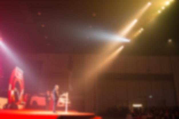 Disfocus degli oratori parla della cerimonia di premiazione sul palcoscenico creativo.