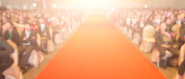 Disfocus del tappeto rosso nel tema della cerimonia di premiazione creativa. sfondo per il concetto di business di successo