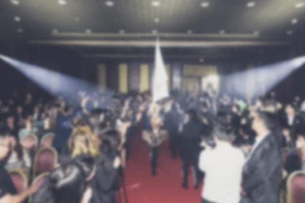 Disfocus del tema creativo della cerimonia di premiazione con l'illuminazione verso il basso