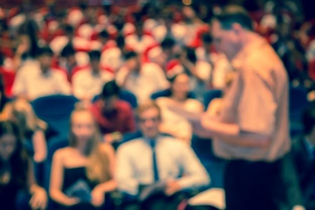 Disfocus dell'uomo d'affari che dà una presentazione in una conferenza, priorità bassa