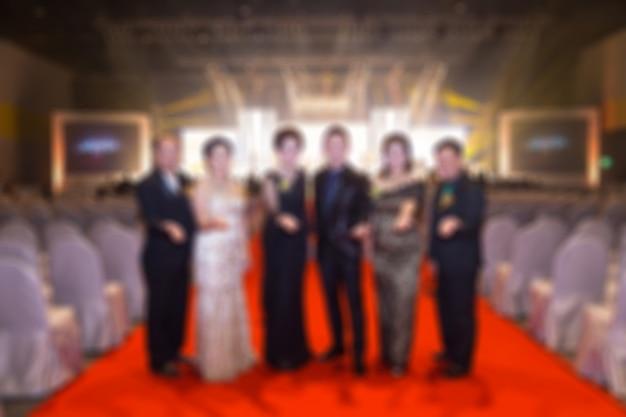 Disfocus della festa degli eventi aziendali. ingresso tappeto rosso. ospiti sullo sfondo