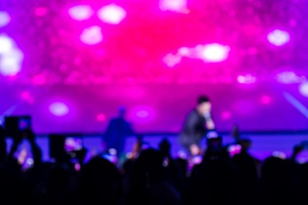 Disfocus della folla davanti alla scena del concerto