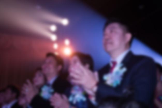 Disfocus delle persone nel tema della cerimonia di premiazione creativo con illuminazione verso il basso.
