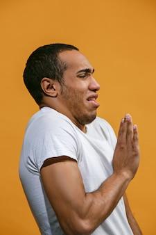 Disgusto l'uomo afroamericano guarda disgustosamente lo spazio arancione